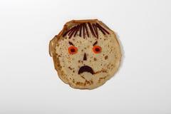 Boos gezicht van pannekoek, wortel en biet Stock Foto's