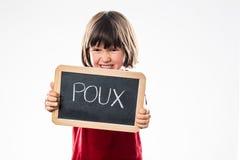 Boos jong kind die hoofdluizen van een schoollei verwerpen Royalty-vrije Stock Fotografie