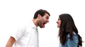 Boos jong paar die bij elkaar schreeuwen stock video