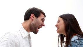 Boos jong paar die bij elkaar schreeuwen stock footage