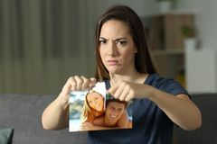 Boos meisje die u bekijken die een foto na verbreken breken stock foto's
