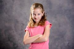 Boos meisje met blond haar en roze overhemd Royalty-vrije Stock Afbeeldingen