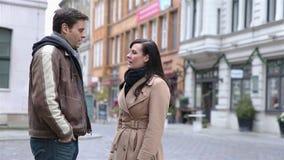 Boos paar die in een stad debatteren stock video
