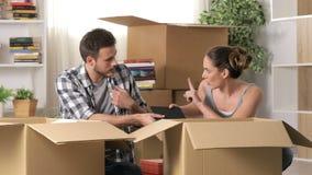 Boos paar die het bewegen naar huis na scheiding stellen zich stock video