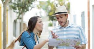 Boos paar van toeristen die op vakantie debatteren stock footage