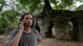 boos telefoongesprek, ruïnes in tropische wildernis stock footage