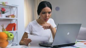 Boos vrouwelijk freelancer werkend laptop huis die documenten, projectmislukking weggooien stock video