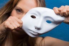 Boos vrouwelijk semi gezicht behandeld met masker Stock Afbeelding
