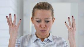 Boos vrouwenportret in bureau, het vechten stock videobeelden