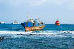Boot aan de grond op de kust stock foto