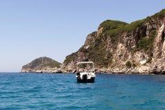 Boot aan de het strandkant van Korfu liapades Griekenland Royalty-vrije Stock Afbeeldingen