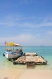 Boot aan het eiland Royalty-vrije Stock Foto's