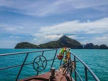 Boot aan tropische eilanden stock foto's