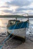 Boot aan wal at low tide, Malpas, Cornwall stock foto's