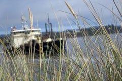 Boot achter Gras Stock Afbeeldingen