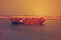 Boot in AJMAN CORNICHE, DOUBAI op 26 JUNI 2017 stock afbeelding