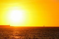 Boot in Alghero-overzees onder een heldere zon Stock Foto's