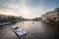Boot in Amstel-Fluss in Amsterdam Stockfotografie