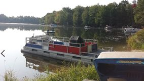 Boot angekoppelt auf dem See Lizenzfreie Stockbilder