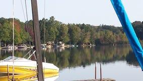 Boot angekoppelt auf dem See Stockbilder