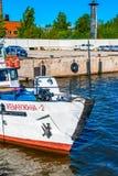 Boot angekoppelt in einem Hafen Stockfotos