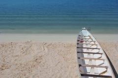 Boot angekoppelt am Strand eingestellt, um zu segeln Lizenzfreies Stockbild