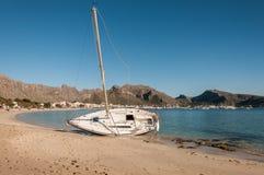 Boot angeschwemmt auf dem Strand Lizenzfreies Stockfoto