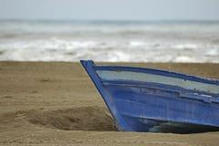 Boot angeschwemmt im Sand lizenzfreie stockbilder