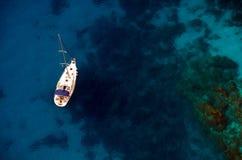 Boot auf Ägäischem Meer lizenzfreies stockfoto