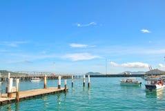 Boot auf Anlegestelle lizenzfreies stockfoto