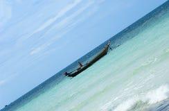 Boot auf blauem Wasser Stockbild