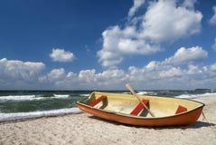 Boot auf dänischem Strand Stockfoto