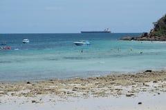 Boot auf dem blauen Meerwasser Stockbild