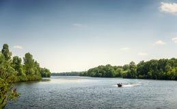 Boot auf dem Dnieper-Fluss landschaft Lizenzfreies Stockfoto