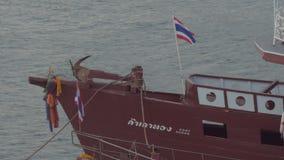 Boot auf dem Dock mit der Flagge von Thailand stock video footage