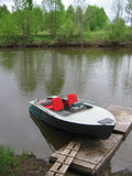 Boot auf dem Fluss. Lizenzfreie Stockfotos