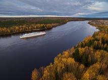Boot auf dem Fluss Herbst Stockbilder