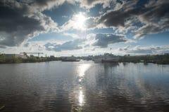 Boot auf dem Fluss Kama stockfoto