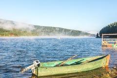 Boot auf dem frühen Morgen des Sees Lizenzfreie Stockfotos