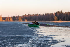 Boot auf dem Frühlingssee Stockbild