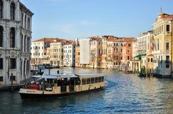 Boot auf dem großartigen Kanal von Venedig Stockbild