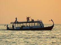 Boot auf dem Horizont mit Leuten Stockbild