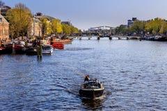 Boot auf dem Kanal in Amsterdam Stockfotos