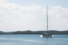 Boot auf dem karibischen Meer in Kuba Stockbilder