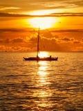 Boot auf dem Meer bei dem Morgensonnenaufgang Lizenzfreies Stockbild