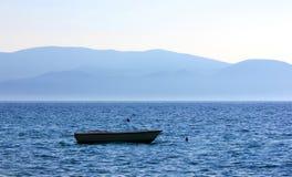 Boot auf dem Meer mit einem schönen Sonnenaufgang lizenzfreie stockfotos
