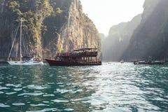Boot auf dem Meer mit Felsen auf Hintergrund stockfotos