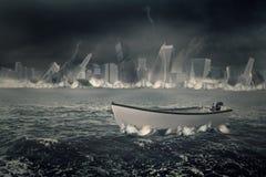 Boot auf dem Meer mit sinkender Stadt Lizenzfreie Stockfotos