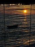 Boot auf dem Meer am Sonnenuntergang Stockfotografie