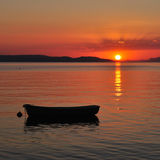 Boot auf dem Meer am Sonnenuntergang Lizenzfreies Stockbild